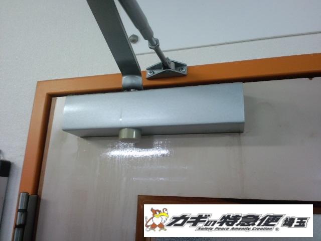 ドアクローザーの交換修理(東京都豊島区でドアクローザーの交換(油漏れ))