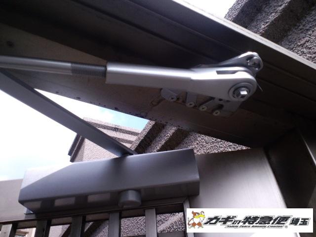 ドアクローザーの交換修理(和光市で油漏れによるドアクローザー交換工事)