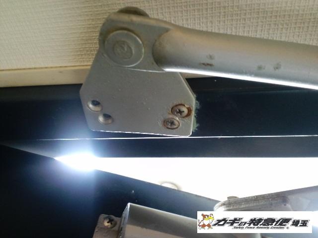 ドアクローザーの交換修理(草加市で美和ロックのドアクローザー交換修理 ビス穴補修)