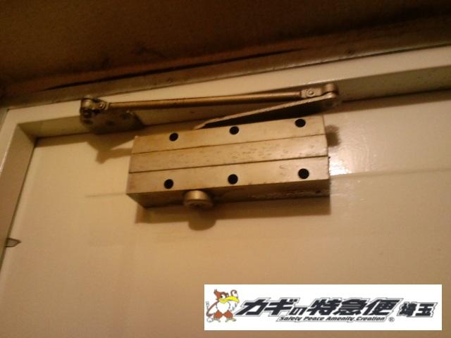 ドアクローザーの交換修理(埼玉県越谷市の公団でドアクローザーの交換工事|ドアがバタンと閉まる!)