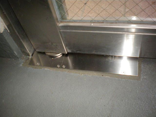 ドアクローザーの交換修理(東京都・埼玉県のフロアヒンジの交換お任せ下さい。杉並区でフロアヒンジ交換工事)