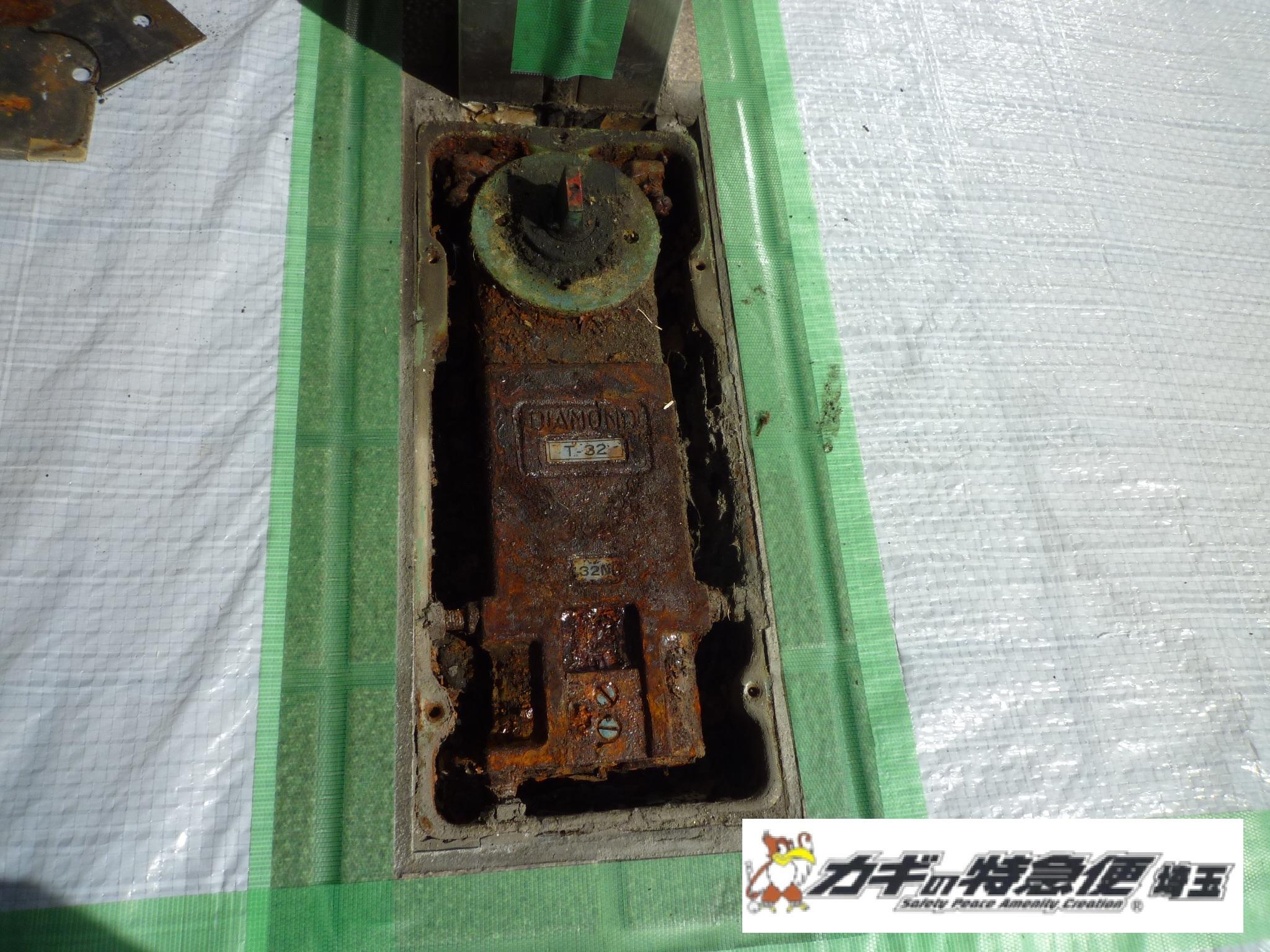 ドアクローザーの交換修理(フロアヒンジの交換修理工事 東京都練馬区)